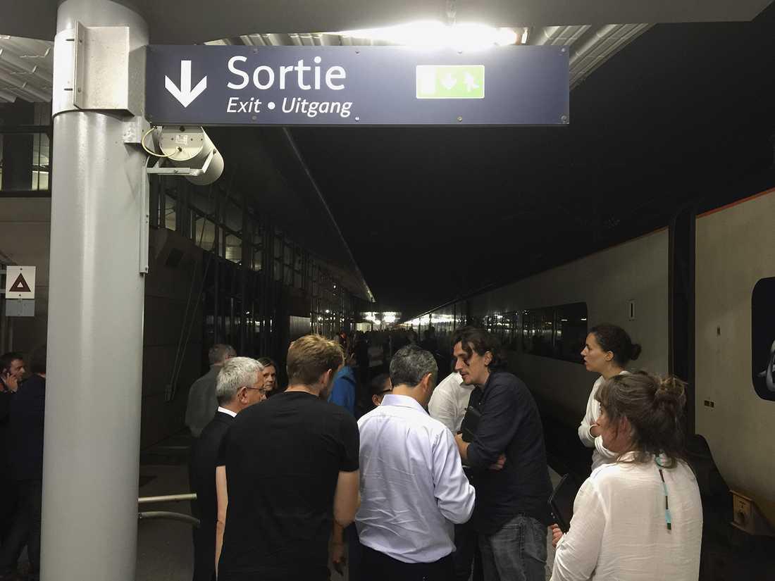 Fyra tåg på den franska sidan och ett i Storbritannien hindrades från att köra in i tunneln på tisdagskvällen