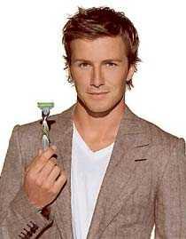 2005 – Gillette-modellen David Beckham poserar med farsdagspresent.