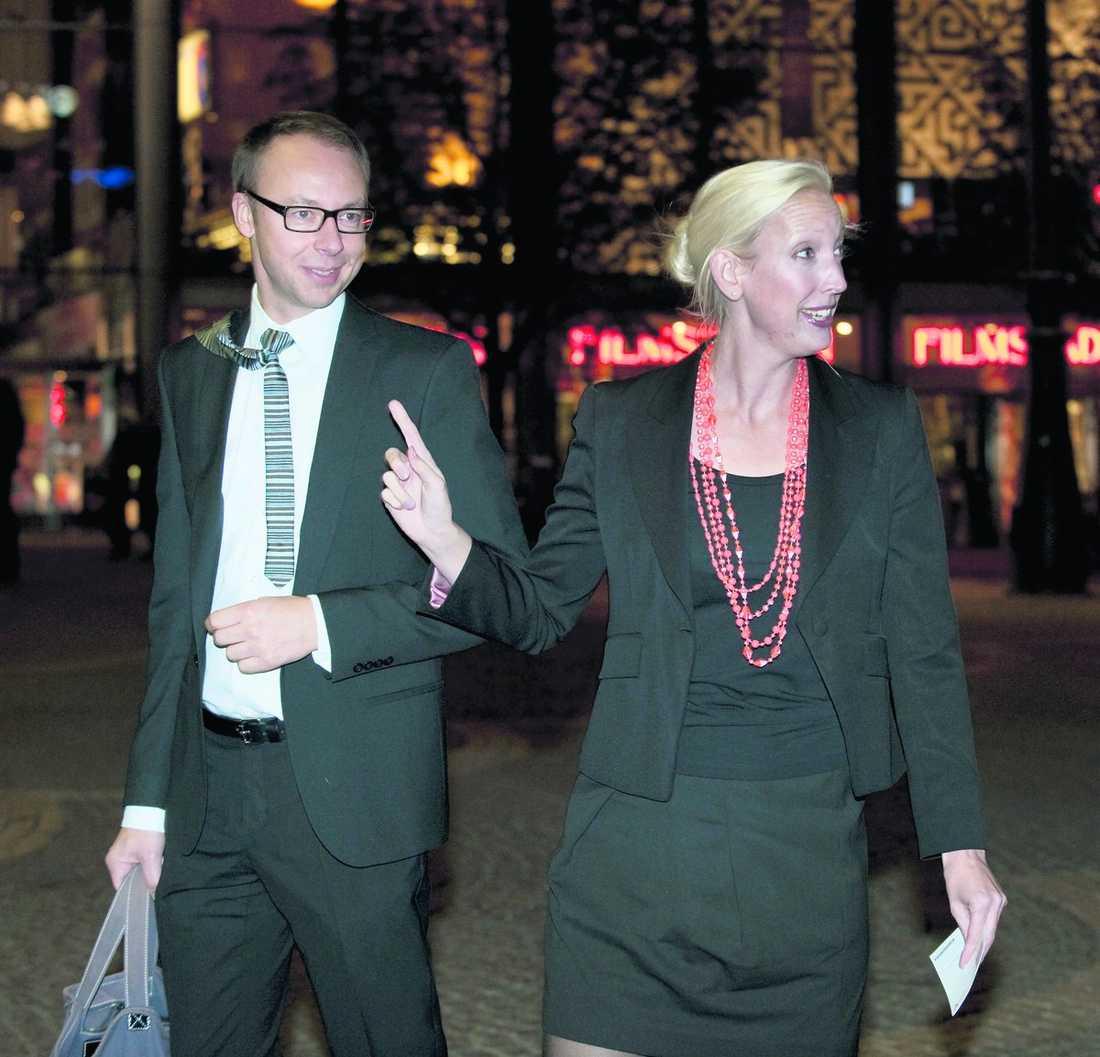 """""""jag beklagar"""" Fredrik Reinfeldts toppkvinna Sofia Arkelsten är hårt pressad. """"Jag beklagar om det är så att det uppfattas som att jag kunnat påverkas. Vi som är förtroendevalda måste uppträda på ett sätt där vår integritet inte kan ifrågasättas"""", säger hon."""