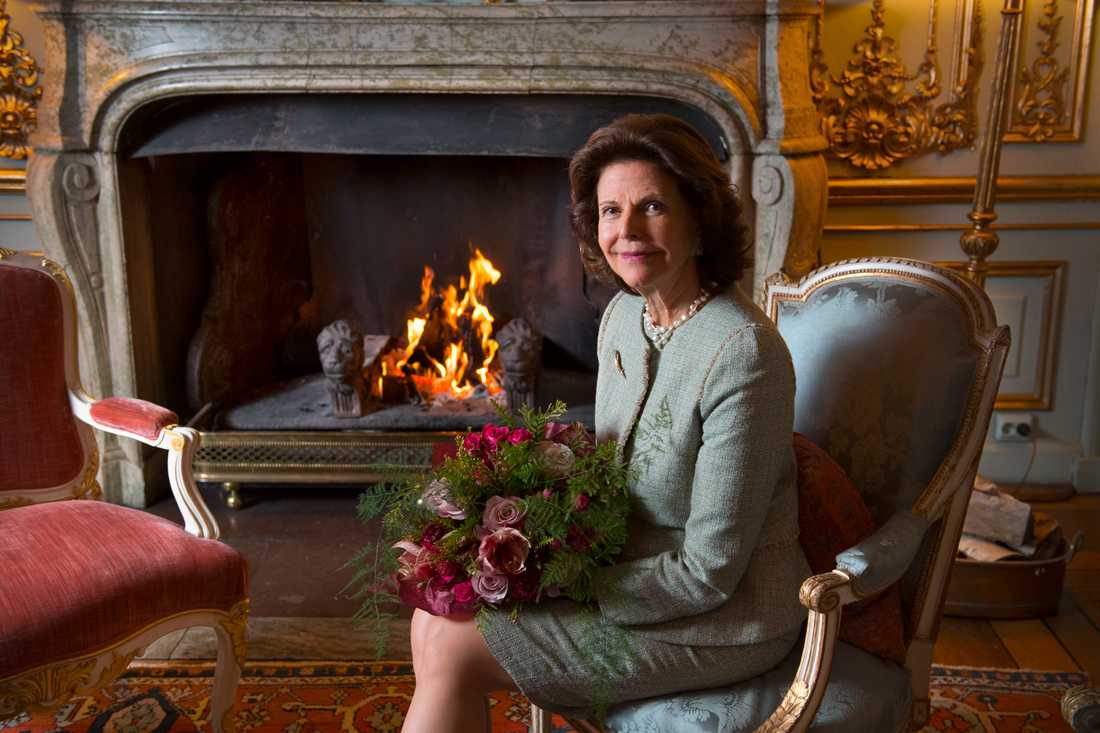 Drottning Silvia framför brasan i prinsessan Sibyllas våning på Kungliga slottet i Stockholm, där TT träffar henne för en intervju inför 75-årsdagen.
