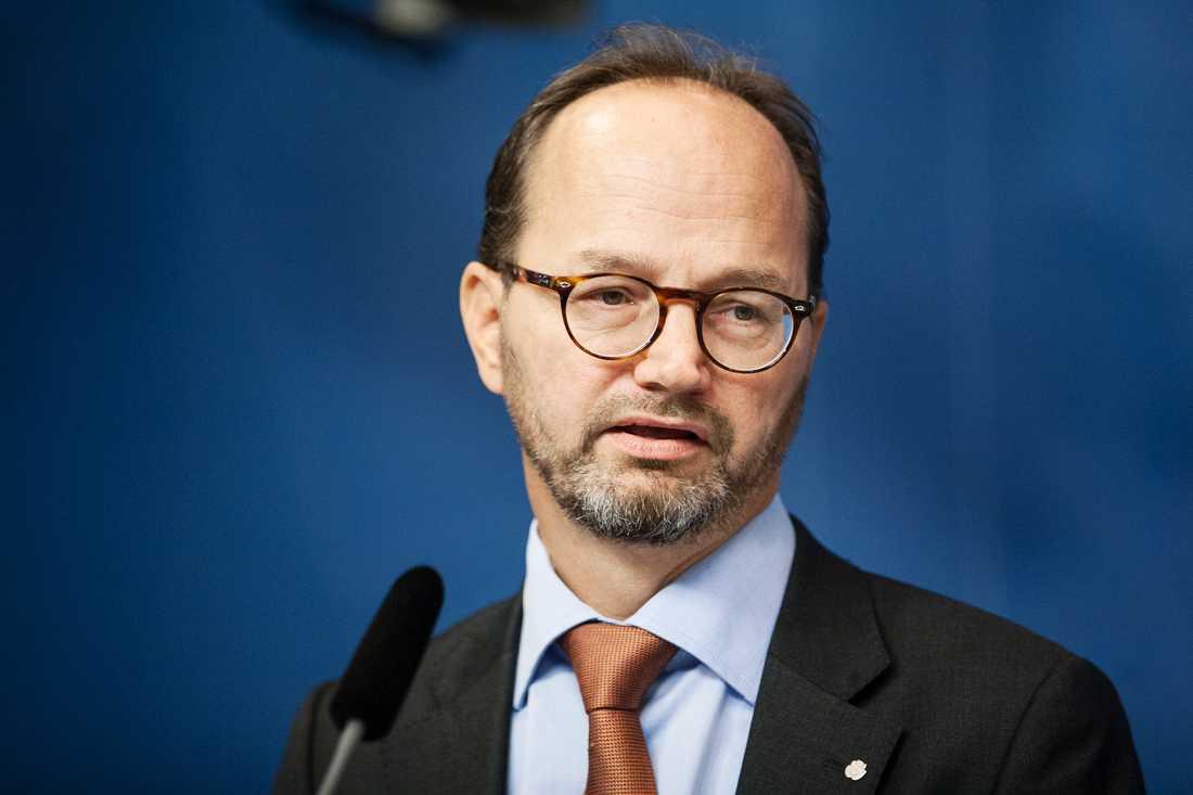 Det är ett tidigare hot från Alliansen som kan fälla den nye infrastrukturministern – redan i höst.