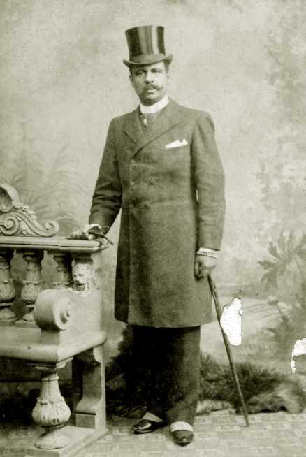 HATT OCH KRAVATT Statsministern Fredrik Reinfeldts anfader John Hood. Bilden är tagen i London 1885 av fotograf Edward Sharp.Foto från Stockholms stadsmuseum