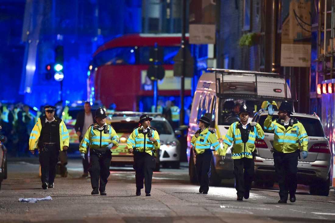 Poliser på Borough High Street efter händelsen.