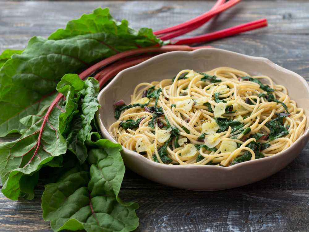 Härligt smakrik pasta med mangold, parmesan och vitlök.
