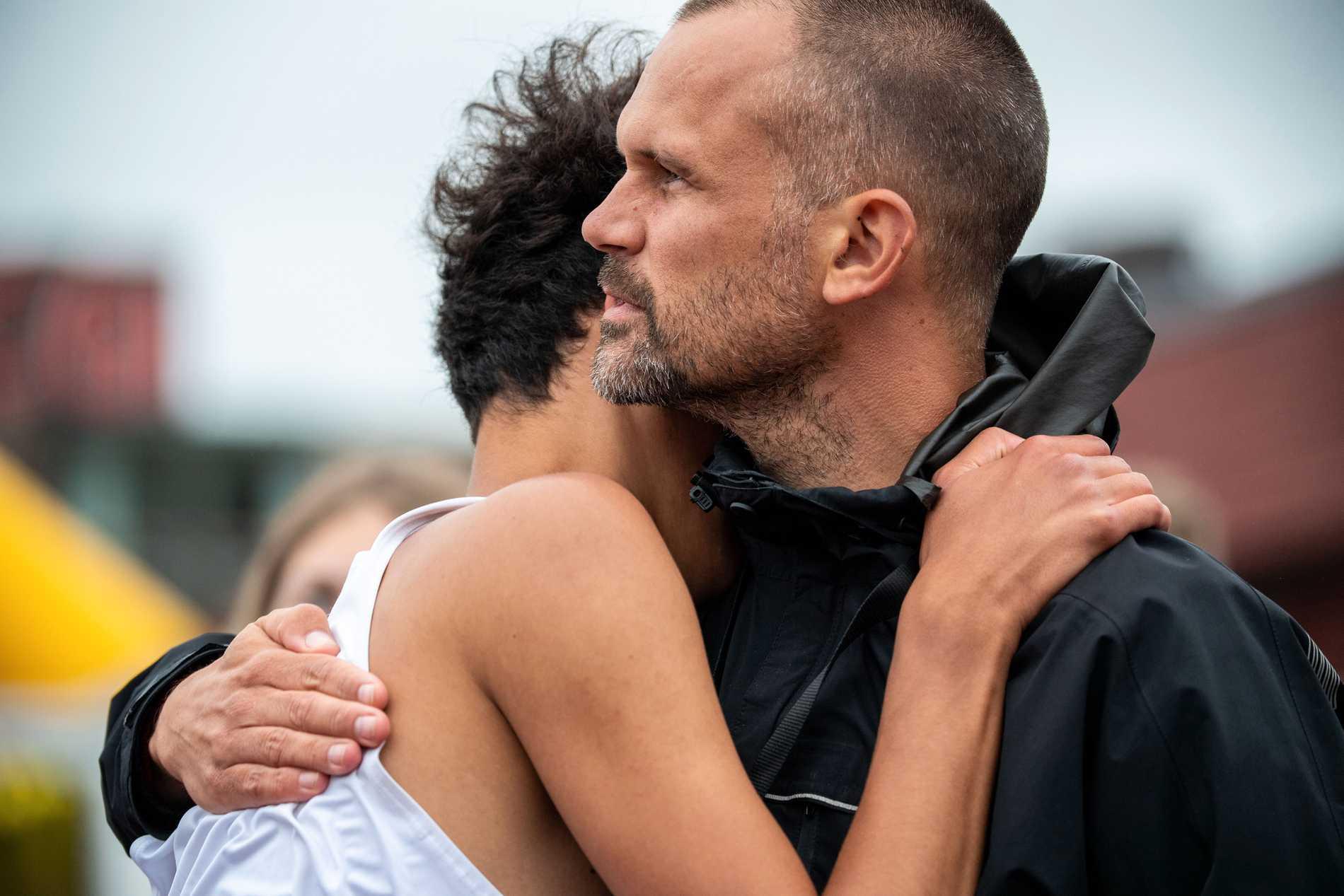 Melwin Lycke Holm får en kram av pappa Stefan efter tunga dagen i Karlstad.