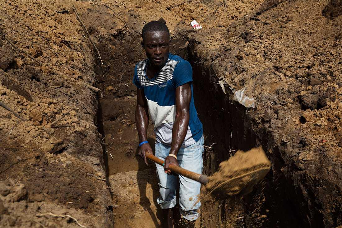 """Rendall Marshall, 21, är dödgrävare: """"Jag är dödgrävare. Det är inte roligt, men det är ett jobb""""."""