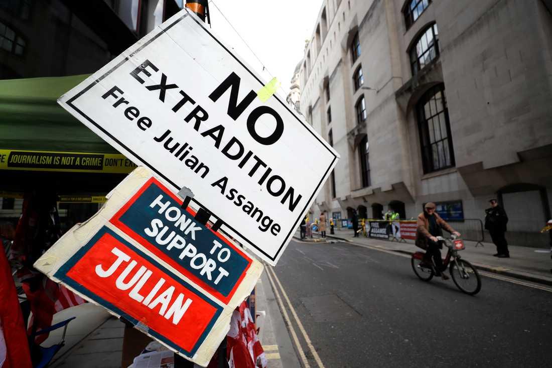 Protester utanför domstolen i London.