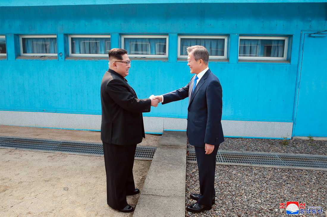 Kim Jong-un och Moon Jae-in i det historiska mötet natten mot fredag, svensk tid.