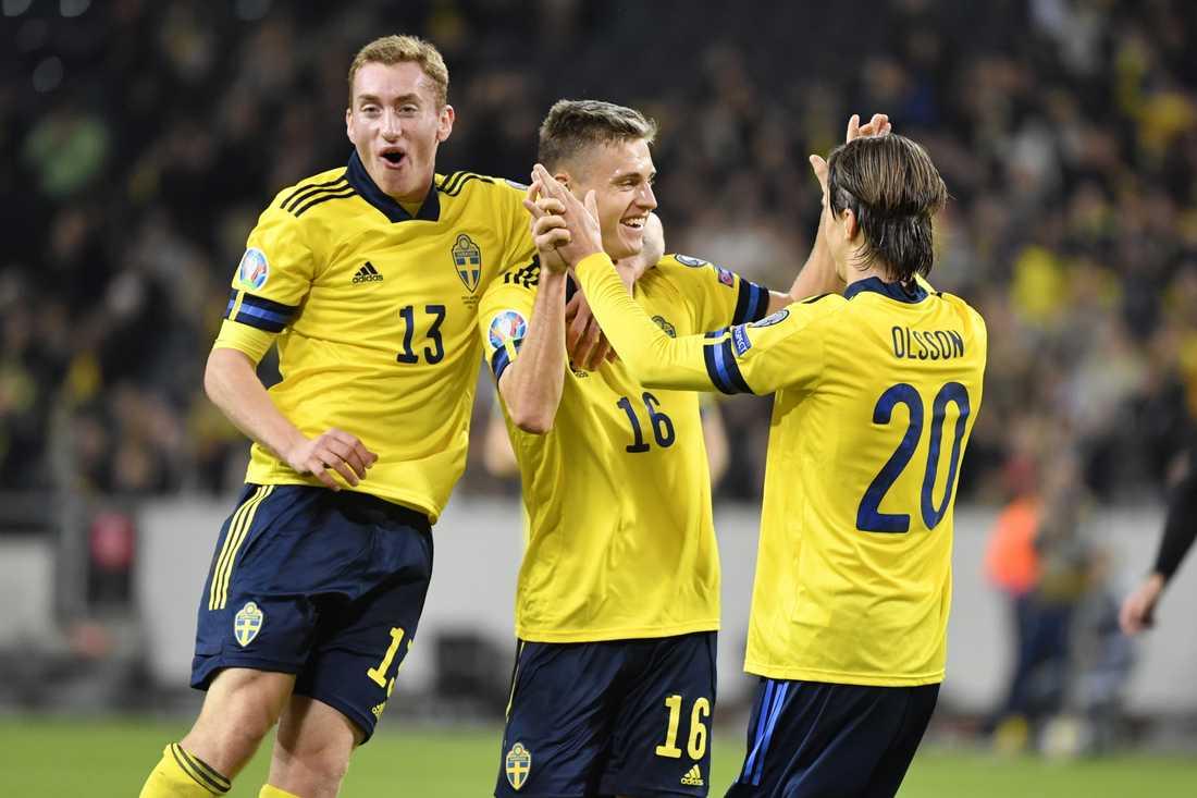 Sverige Mattias Svanberg, Dejan Kulusevski och Kristoffer Olsson firar ett mål. Arkivbild.