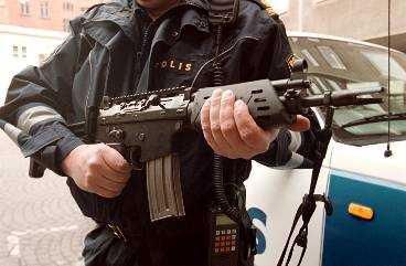 Polisens nya vapen är i princip det militära AK 5 - med kortare pipa, spärrad för automateld.