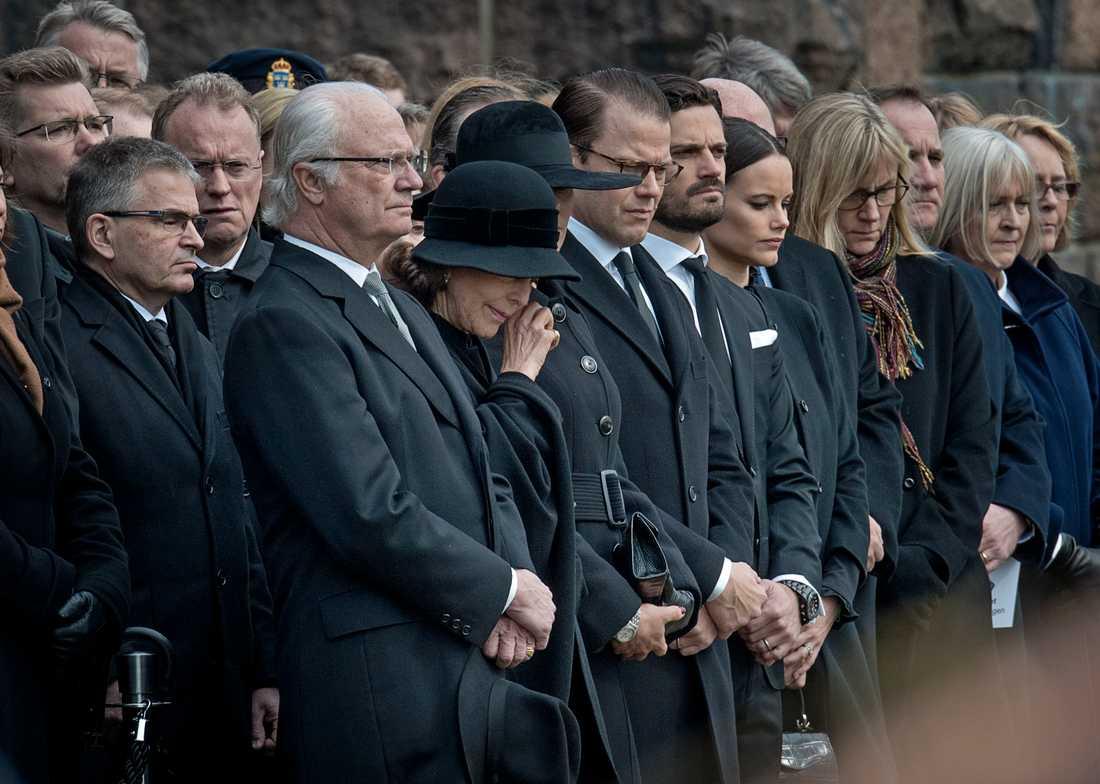 Drottning Silvia torkar en tår vid måndagens minnesstund vid Stadshuset på måndagen.