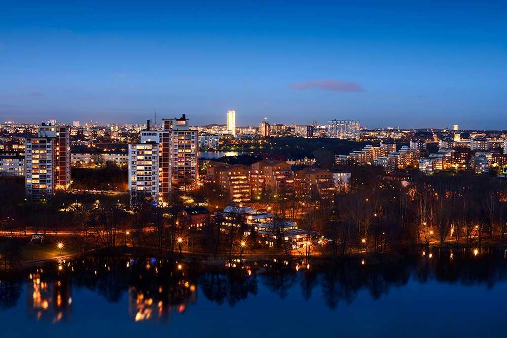 Prisfallet kan fortsätta i storstäderna, enligt Swedbank.