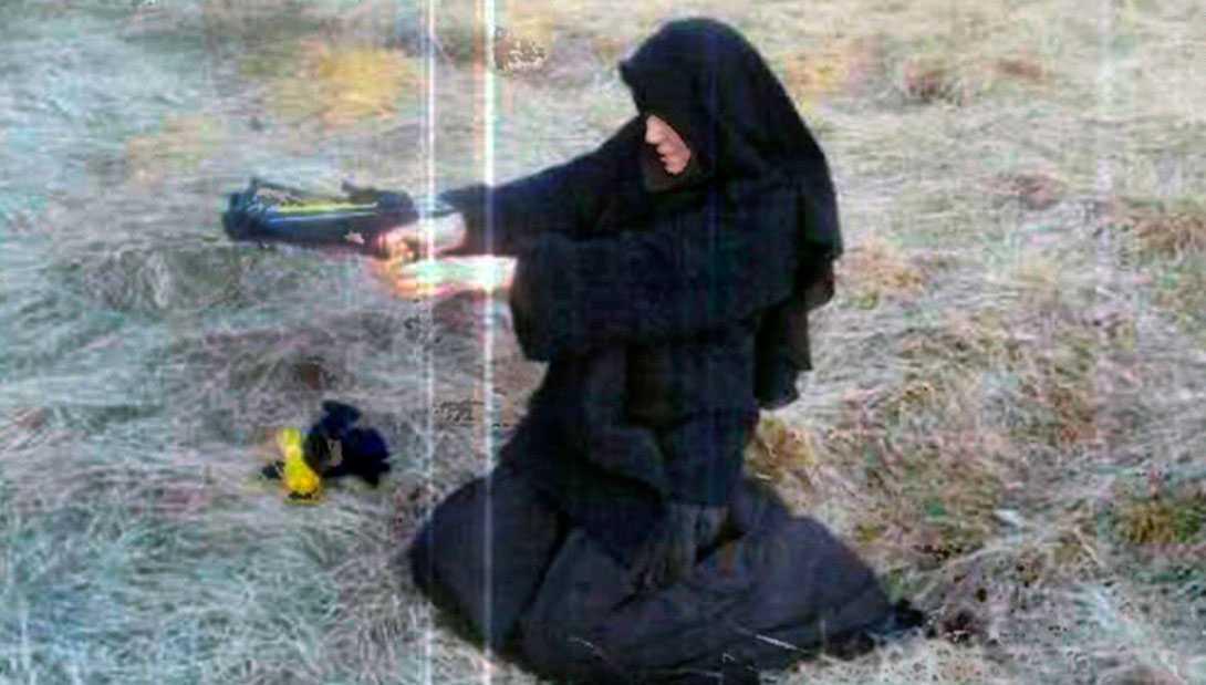 De ska ha tagits när hon besökte al-Qaidahöjdaren Abou Hamzas hem i centrala Frankrike.