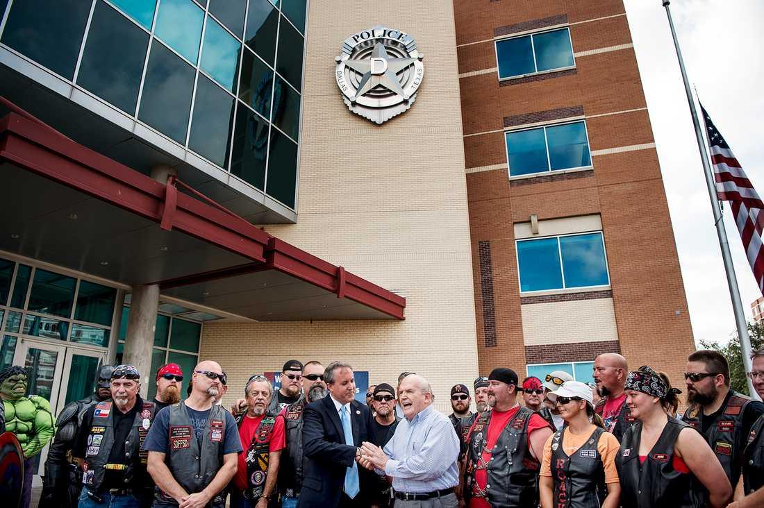Delstaten Texas högsta juridiska företrädare General Ken Paxton skakar hand med en politiker tillsammans med en MC-klubb bestående av gamla poliser.