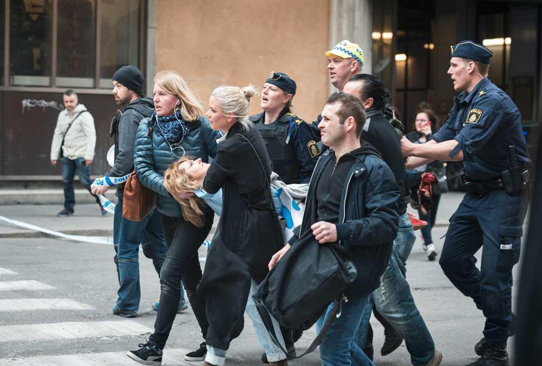 VARNING FÖR STARK BILD. 38-åriga Iryna skadades i terrordådet på Drottninggatan den 7 april 2017. Kristina hittade henne utanför Åhléns, och var en av dem som förde Iryna i säkerhet.