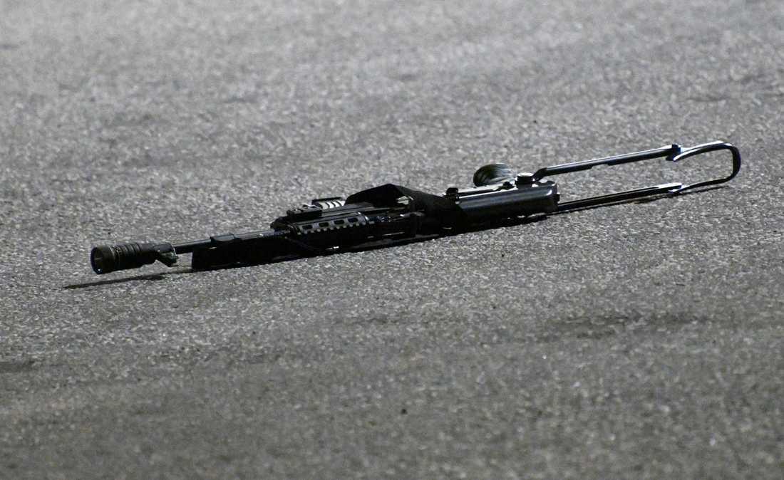 Ett föremål som liknar ett automatvapen låg kvar på platsen efter det att sex personer gripits i Malmö.