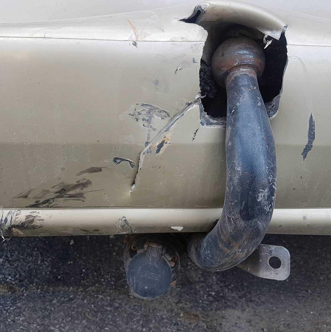 Bilens dragkrok trycktes in i karossen.