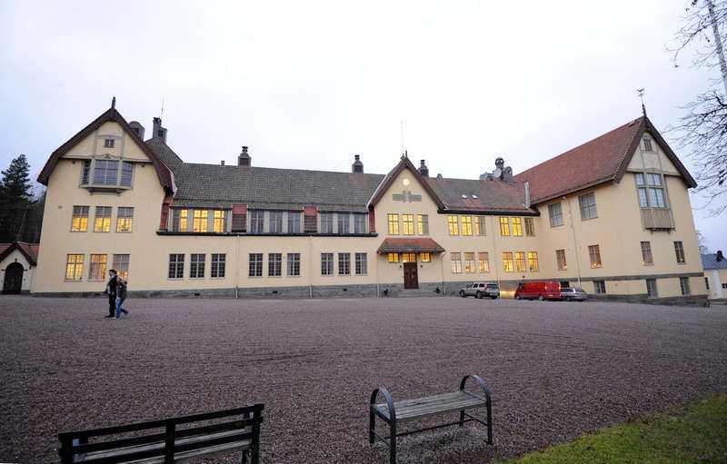 Lång historia  Internatskolan Lundsberg har huserat elever som kungens farbror Sigvard Bernadotte och prins Carl-Philip och har en lång och anrik historia. Men bakom den vackra fasaden döljs även mörka hemligheter.
