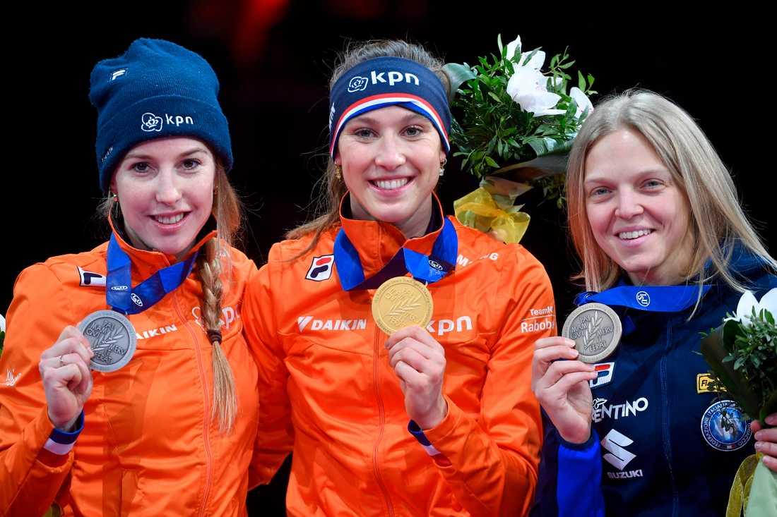 Lara van Ruijven, längst till vänster, har medaljer från flera mästerskap. Här EM i januari i år.