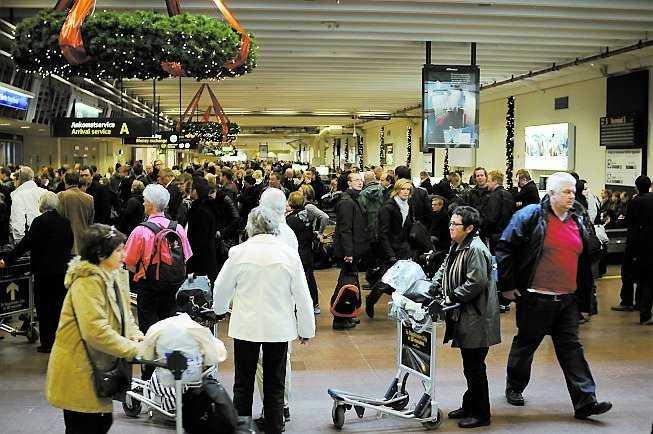 """Kaos i bagagehallen när 100-tals passagerare fick vänta i timmar på sitt bagage. """"Folk var mycket upprörda"""", säger Ola Persson."""