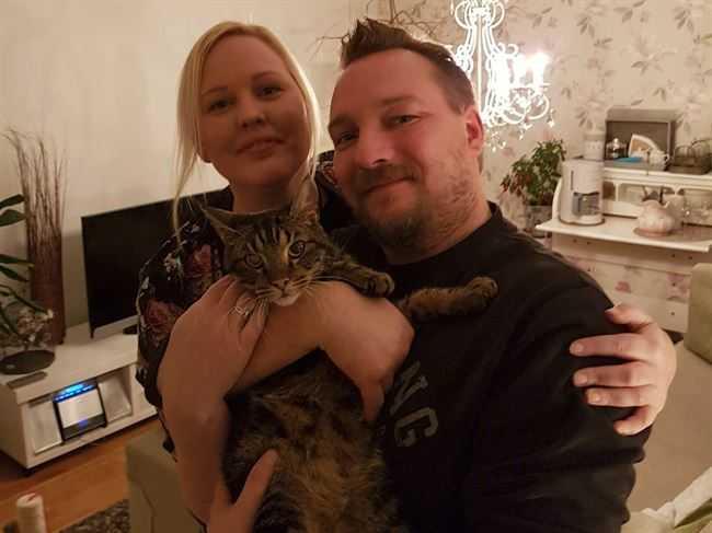 Nina och Patrik kunde inte lämna den magra katten åt sitt öde.