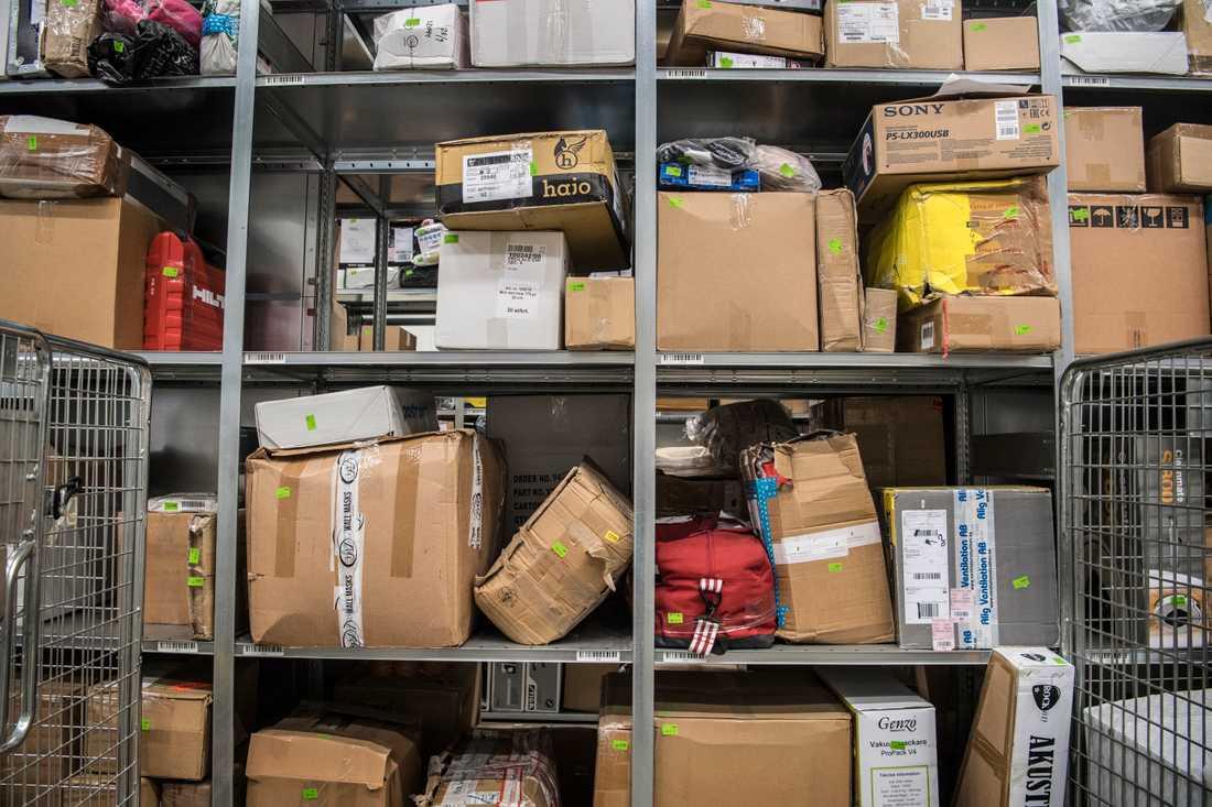 Det kan dröja innan Postnord börjar ta ut avgifter på paket från Kina.