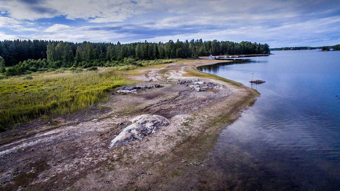 Sjön Yxerns botten är blottad till följd av vattentömningen.