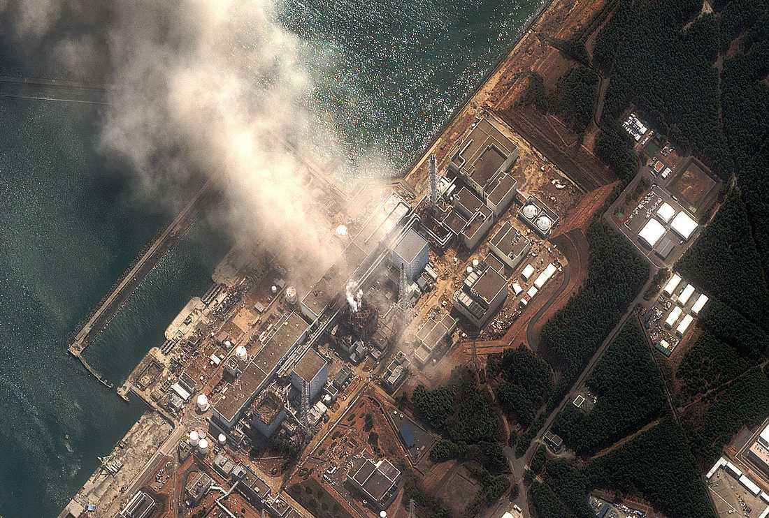 Fukushima En av de tidigare explosionerna på kärnkraftverket på en flygbild.