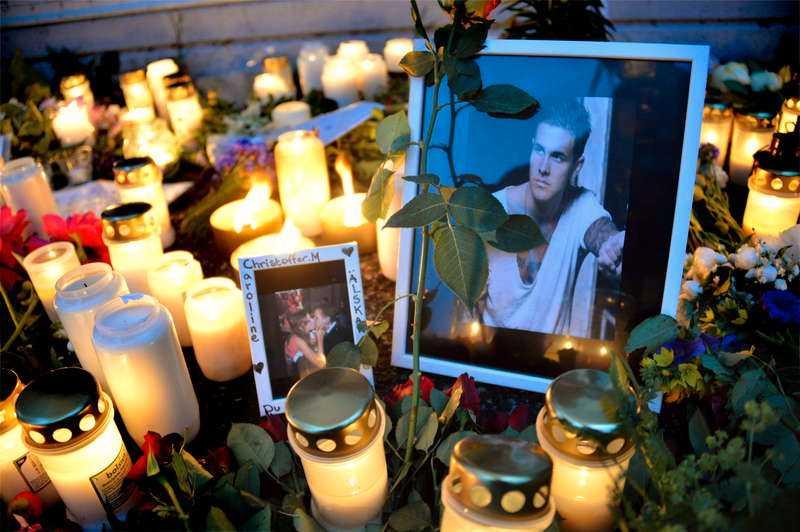 VÄNNERNA SÖRJER I går kväll hölls en minnesstund utanför lokalen där Christoffer Mårtensson misshandlades till döds på midsommarafton.