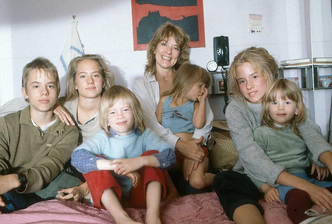 ANNA OCH BARNEN Anna Wahlgren tillsammans med de sex barnen Linus, Felicia, Aurora, Isadora, Maja och Eleonora på en bild tagen 1983. Nu får mamman stöd av Isadora och Aurora efter kritiken från Felicia i hennes kommande bok.