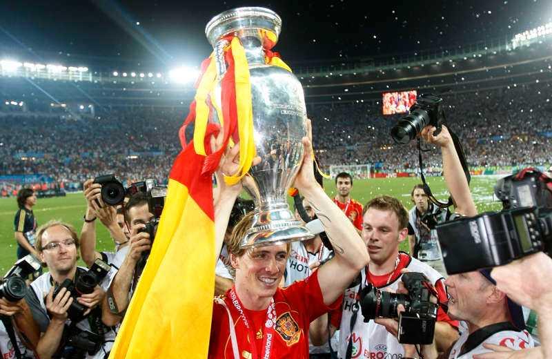 Fernando Torres lyfter bucklan efter EM-triumfen 2008.