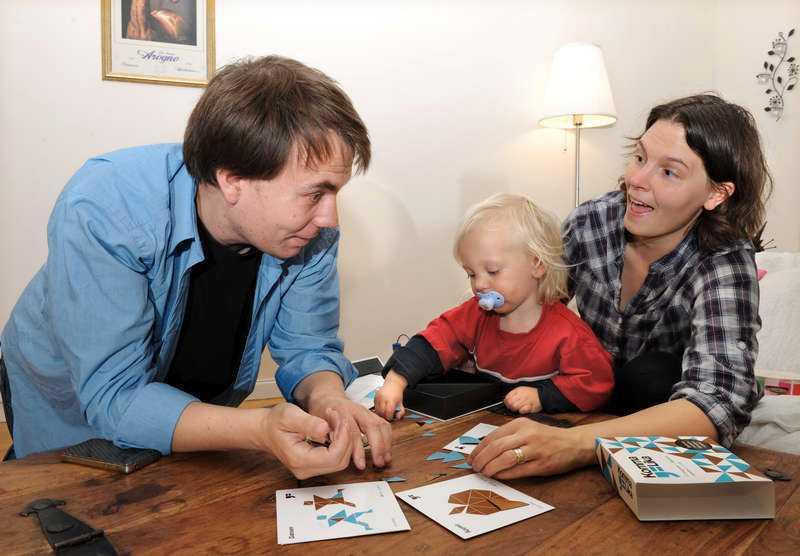 RENT SPEL?  Det blev många diskussioner om vem som gör vad när Aftonbladet-journalisten Sara Milstead, 35, och maken Dave, 41, testade nya jämställdhetsspelet. Ettårige Arvid ville också ha ett finger med i spelet.