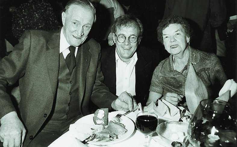 Lasse firar tillsammans med pappa och mamma 1984.