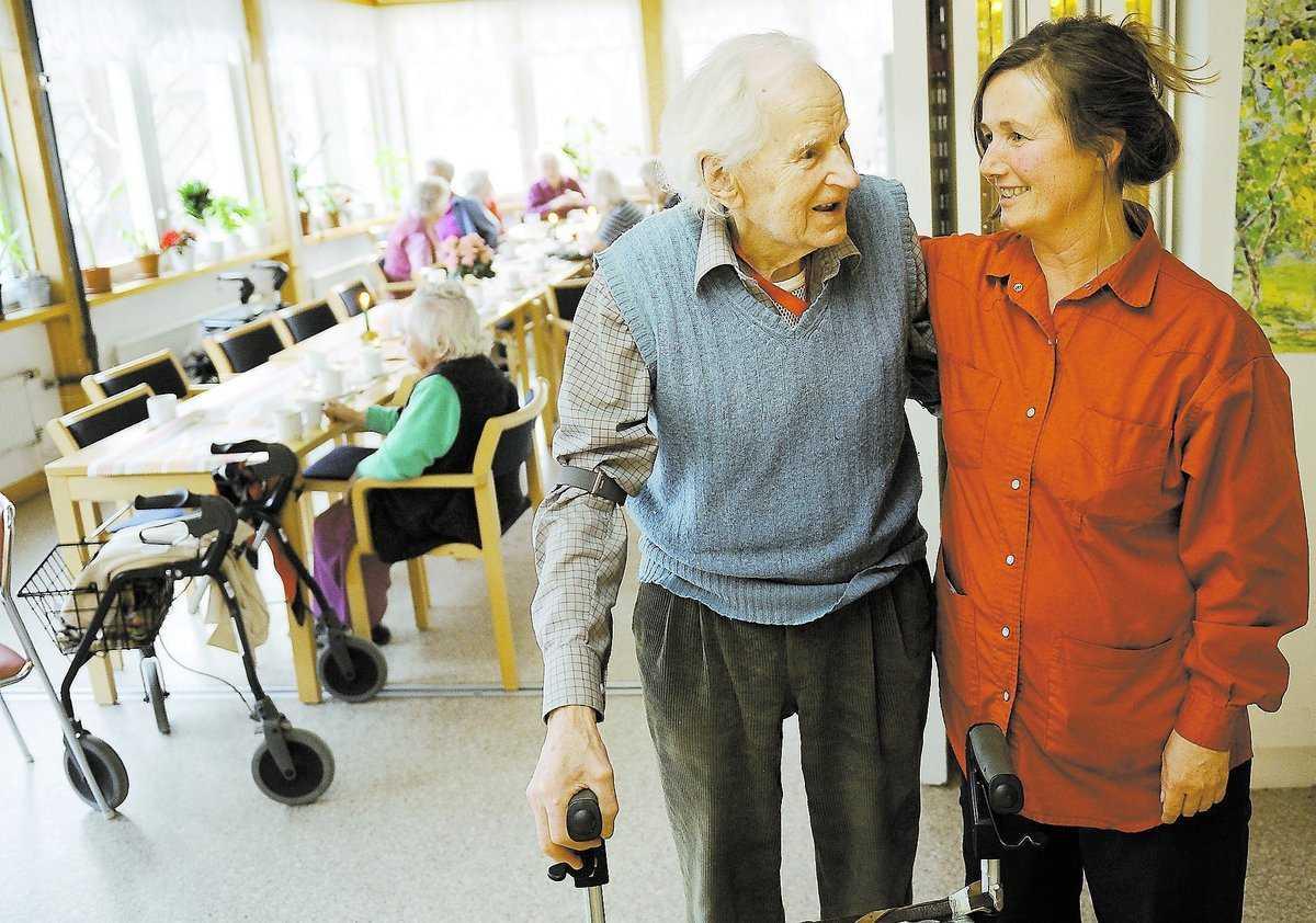 """David Hagström, 98, går en halvtimme om dagen och är med på aktiviteterna som Eva Lundholm anordnar. """"Det finns gränser för vad man orkar med, men jag vill inte bara sitta i lägenheten"""", säger David."""