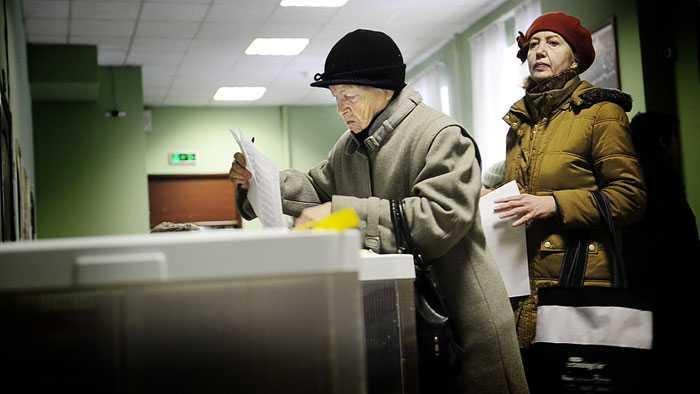 Vallokal Två damer som lägger sin röst i Moskva.