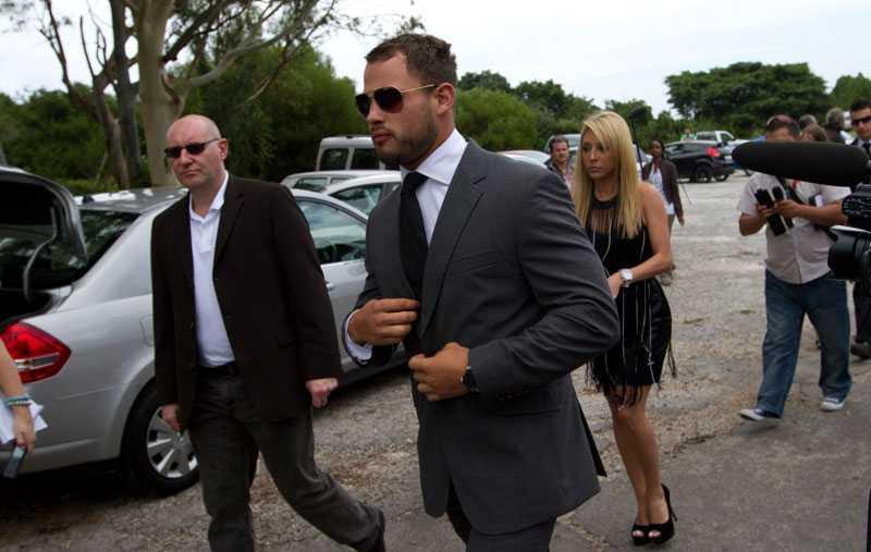 Igår framkom uppgifter om att ett sms från rugbystjärnan Francois Hougaard, Steenkamps ex-pojkvän, ska ha triggat skjutningen. I dag var Hougaard på plats på begravningen.
