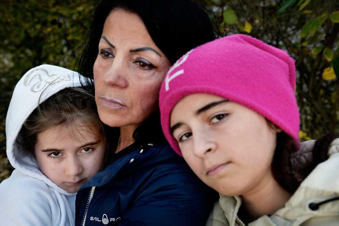 """Irada Lundgren med Mona och Leyla Jasharli. """" Vi vill vara med Irada och Erik"""", säger 12-åriga Mona Jasharli."""