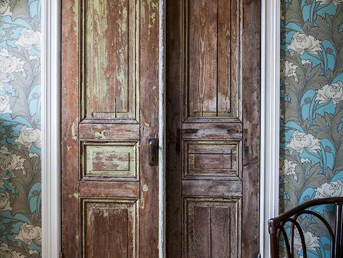 Garderobsdörrarna i sovrummet är de gamla ytterdörrarna på glasverandan.