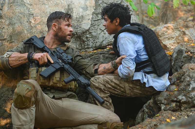 "Chris Hemsworth och Rudhraksh Jaiswal i ""Extraction""."