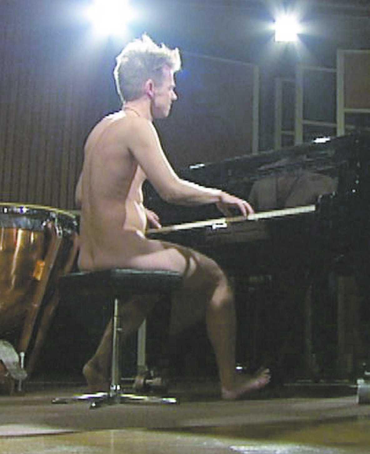 """Per Sinding-Larsen sätter sig helt naken vid flygeln i kvällens """"Popcirkus""""."""