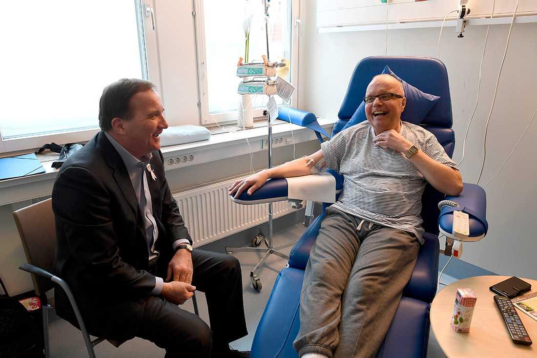 Statsminister Stefan Löfven i samtal med en patient på Borgholms lasarett.