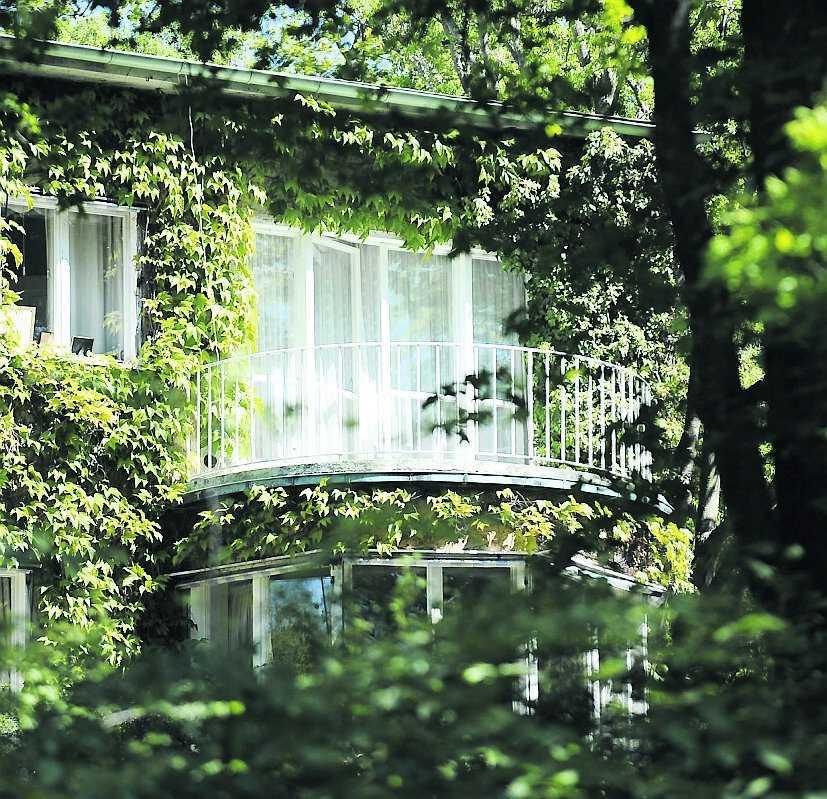 Prinsessan Lilian bor kvar på Villa solbacken på Djurgården. Där får hon vård dygnet runt.