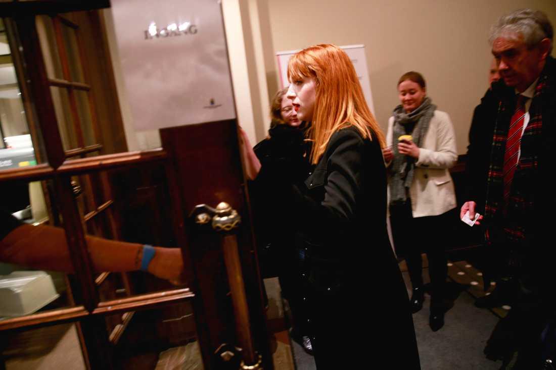 Cissi Wallin anländer till rätten.