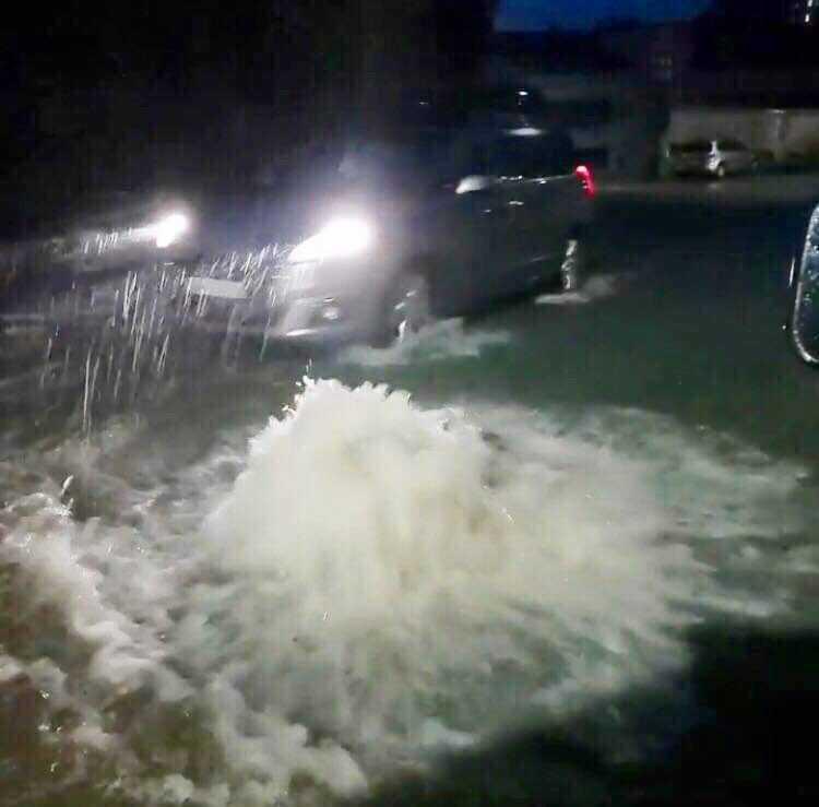 Mycket vatten i Bergen. Boende på Vestlandet uppmanades hålla sig inne under lördagen.