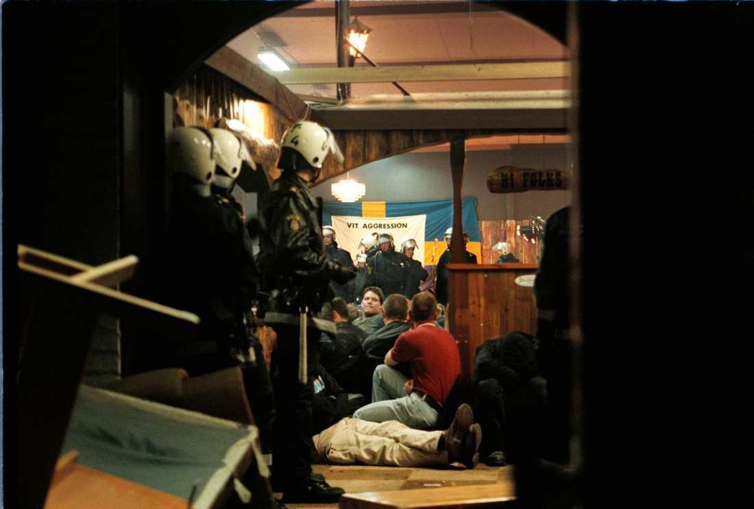 1998. Polisen ingriper mot en spelning med bandet Vit aggression på dansbandspalatset Yesterday i Brottby, Vallentuna.