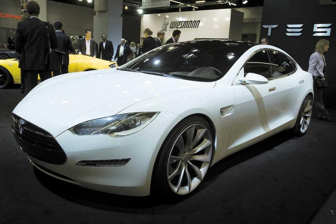 Tesla S Tesla Roadster är en av få elbilar som faktiskt går att köpa, Aftonbladet provkörde i somras. Och 2012 kommer Model S med plats för fem vuxna och två barn. 0–100 går på 5,6 sekunder, räckvidden är 480 km och laddtiden 45 minuter, men då krävs 400 volt och en rejäl säkring.