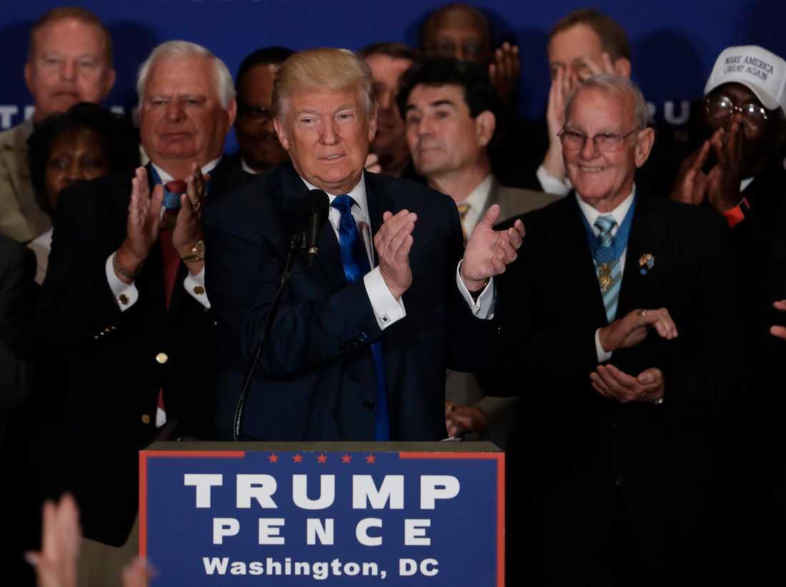 Här applåderar han Trump.
