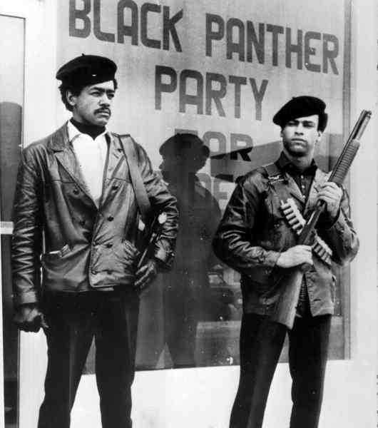 Svartas väktare. Svarta pantrarnas ledare Bobby Seal och Huey Newton utanför högkvarteret. Rörelsen hade i Kalifornien laglig rätt att bära vapen - så länge de visades öppet. Men 1967 upphävdes lagen av guvernören Ronald Reagan - på grund av pantrarna.