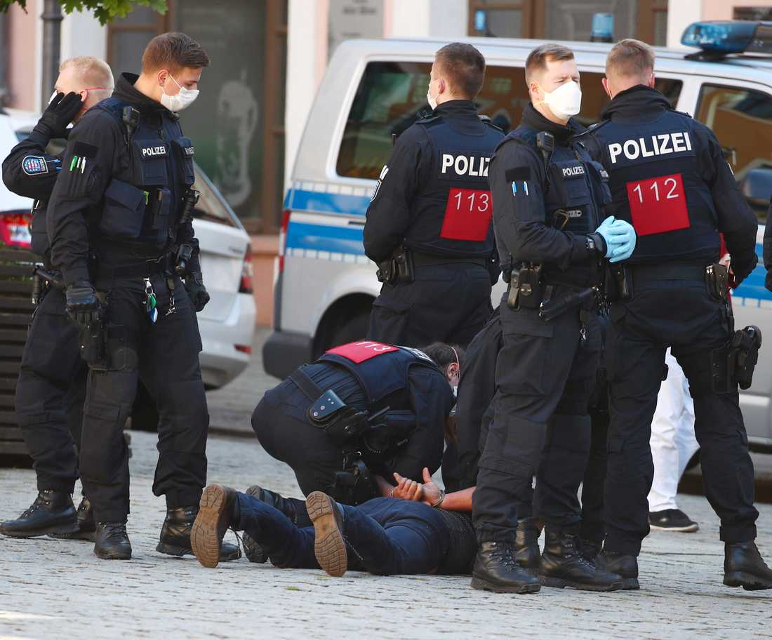 Polisen tar hand om en demonstrant vid protester mot virusrestriktioner i staden Gera i östra Tyskland på lördagen.