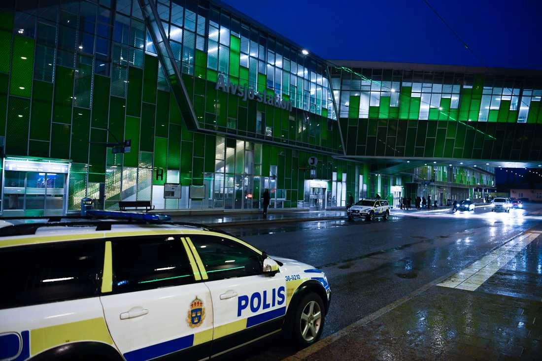 En man sköts ihjäl med flera skott vid Älvsjö pendeltågsstation i södra Stockholm.